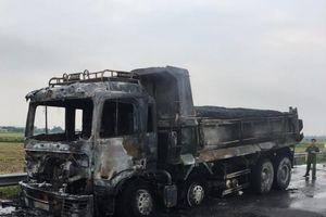 Hà Nam: Xe tải chở áp phan bốc cháy khi lưu thông trên Quốc lộ 21A