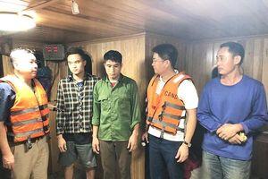 Bắt giữ 5 tàu 'khủng' khai thác cát trái phép trong đêm giữa sông Hồng