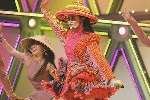 Đông Nhi diện trang phục dân tộc H'mông, đội nón lá trên sân khấu Nhật