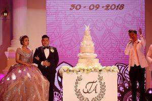 Chú rể Đà Nẵng lái ôtô vào sân khấu, mời Đàm Vĩnh Hưng hát đám cưới