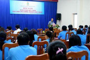 LĐLĐ tỉnh Khánh Hòa: Gần 100 CBCĐ và CĐCS trực thuộc nghe báo cáo nhanh kết quả Đại hội XII Công đoàn Việt Nam