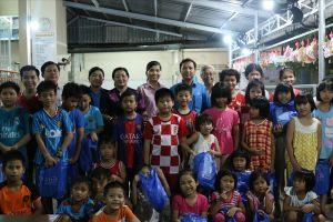 LĐLĐ quận Bình Thủy: Trao quà cho các em nhỏ mồ côi có hoàn cảnh khó khăn