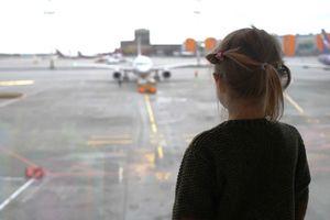 Bố mẹ bỏ quên con gái 5 tuổi ở sân bay
