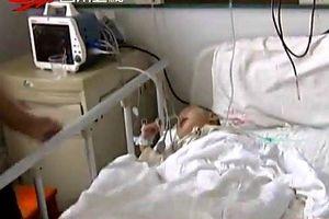 Hi hữu: Bé trai 2 tuổi bỗng nhiên 'ốm nghén', mang thai em bé trong bụng