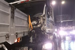 Tông vào đuôi xe tải, tài xế mắc kẹt trong cabin
