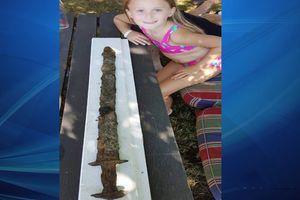 Bé gái 8 tuổi tìm thấy thanh kiếm 1.500 năm tuổi