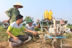 Nông dân Nghệ An tự sáng chế máy cày đất mini '3 trong 1'