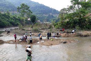 Người dân xã biệt lập nhất Nghệ An gùi cát làm đường