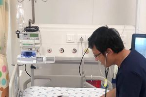 Bác sĩ dùng mạch máu cổ 'bắc cầu vượt' cứu bé trai bị nôn ra máu liên tục