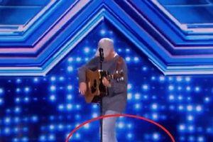 Thí sinh X-Factor bất ngờ ngã ngửa khỏi sân khấu