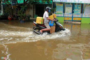 Đường Sài Gòn ngập sâu 3 ngày, nước chưa rút