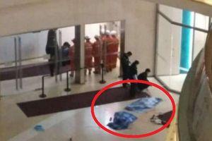 Cặp vợ chồng tuột tay để 2 con nhỏ rơi khỏi tầng 4 khu mua sắm xuống đất tử vong