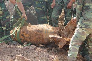 Đào hầm cho 1 công ty, phát hiện bom 'khủng' 220kg