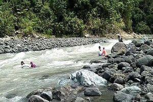 Thầy cô giáo 'thả mình trôi sông' để đến trường khiến hàng triệu cư dân mạng xúc động