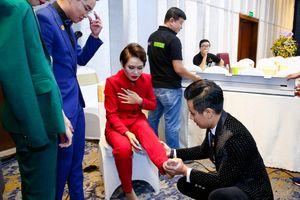MC Nguyên Khang phản ứng bất ngờ khi thí sinh bị chuột rút giữa buổi họp báo