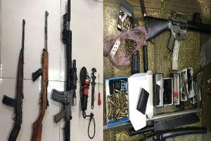 Khởi tố 2 đối tượng tàng trữ, mua bán súng quân dụng