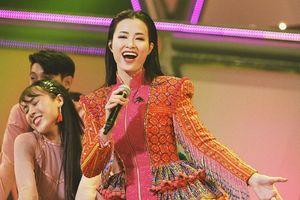 Đông Nhi diện trang phục H'Mông, đội nón lá gây ấn tượng với khán giả Nhật Bản