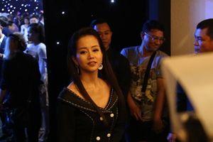 Sau ồn ào với Kiều Minh Tuấn, An Nguy lúng túng trước ống kính tại tiệc cưới Lan Khuê