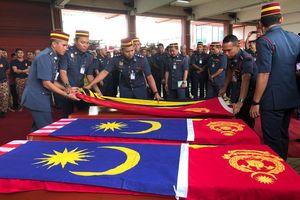 Hàng trăm người đưa tiễn 6 thợ lặn Malaysia thiệt mạng khi cứu thiếu niên ngã xuống hồ