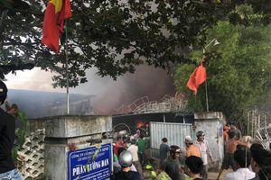 Đang cháy lớn tại phân xưởng đan ghế xuất khẩu ở Thừa Thiên - Huế