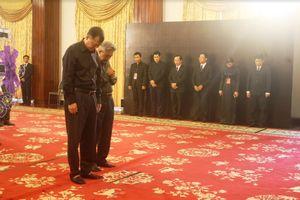 Nhiều đoàn ngoại giao viếng nguyên Tổng Bí thư Đỗ Mười tại Hội trường Thống Nhất