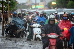 Những thói quen gây hại khi lái xe máy mùa mưa