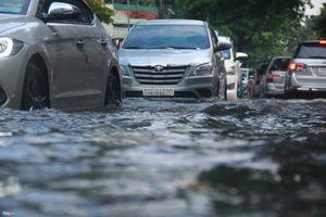Mưa lớn khiến 'khu nhà giàu' ở TP. Hồ Chí Minh chìm trong biển nước