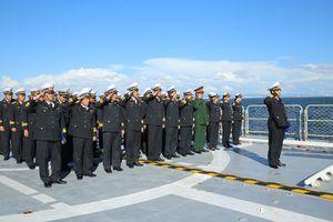 Đoàn công tác trên chiến hạm Trần Hưng Đạo tưởng niệm nguyên Tổng bí thư Đỗ Mười