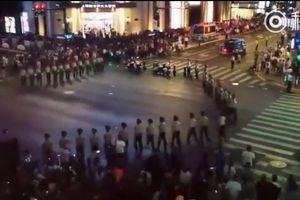 Xem binh sĩ Trung Quốc lập 'rào chắn người' phân luồng giao thông