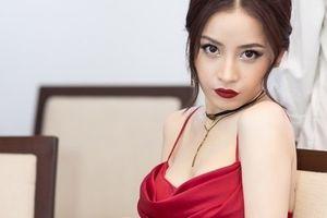 Mặc váy sexy, Chi Pu gọi mình là đóa hoa hồng xinh tươi