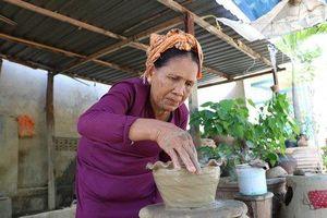 Độc đáo kỹ thuật 'làm bằng tay, xoay bằng mông' tại làng gốm cổ