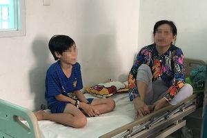 Bé trai 12 tuổi bị rắn lục dài gần 1m cắn khi đang nằm trên giường xem tivi