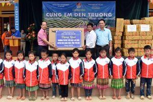 Báo Tuổi trẻ Thủ đô tặng quà tới các em học sinh xã Lao Chải