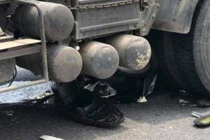 Người phụ nữ bị cuốn vào gầm ôtô tải