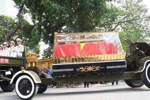 Xe tang đưa di hài cố Tổng Bí thư Đỗ Mười qua nhiều tuyến phố