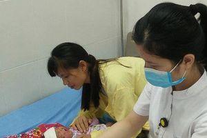 Cảnh báo: Trẻ 1 tháng tuổi tắm lá bị viêm da chảy mủ toàn thân