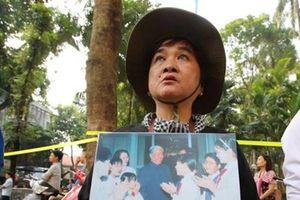Người dân xúc động mang ảnh nguyên Tổng Bí thư Đỗ Mười chờ truy điệu