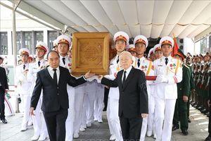 Tổng Bí thư Nguyễn Phú Trọng và Thủ tướng Nguyễn Xuân Phúc đưa linh cữu nguyên Tổng Bí thư Đỗ Mười ra xe tang