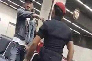 Nhân viên an ninh sân bay bị sa thải sau khi vung tay đấm vào mặt du khách