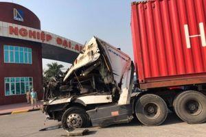 Xe container mất lái ủi bay dải phân cách, vỡ nát đầu