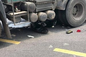 Người phụ nữ tử vong thương tâm dưới gầm xe đầu kéo