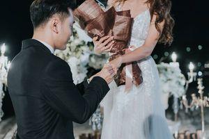 Ưng Hoàng Phúc cầu hôn, tặng vợ nhẫn 60.000 USD