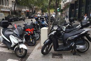 Thùng rác, ôtô, xe máy xếp đầy lòng đường ở Barcelona