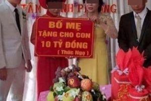Tấm biển 'bố mẹ tặng con 10 tỷ đồng' trong lễ cưới gây xôn xao mạng xã hội