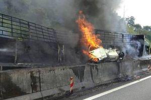 Bị xe tải chèn vào dải phân cách, 5 người trong gia đình chết cháy