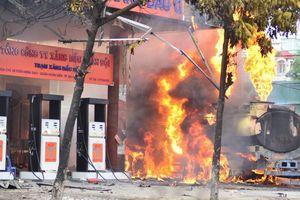 Cận cảnh những 'quả bom' nổ chậm giữa trung tâm Hà Nội