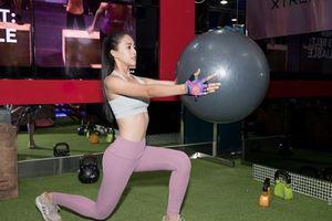 Ngắm thân hình gợi cảm của Hoa hậu Trần Tiểu Vy trong phòng tập