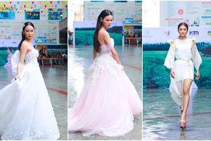 'Tròn mắt' xem nữ sinh Hutech hóa cô dâu đẹp lộng lẫy trên sàn catwalk ở sân trường