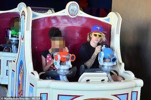 Justin Bieber vui vẻ đi chơi cùng bạn bè dù không có Hailey Baldwin