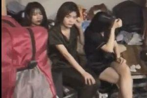 Clip: Phát hiện hơn 30 nam thanh nữ tú đang 'bay lắc' trong quán karaoke